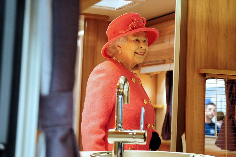 Королева Елизавета II в одном из караванов Bailey